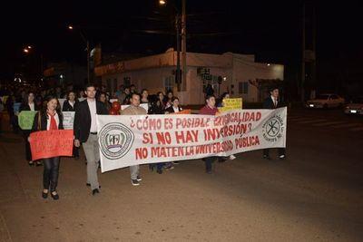 Docentes y alumnos en marcha pacífica contra recorte presupuestario en Misiones