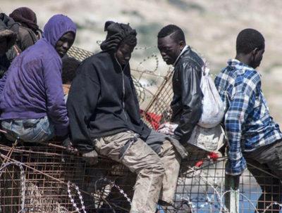 Migrantes cruzan valla desde España a Marruecos