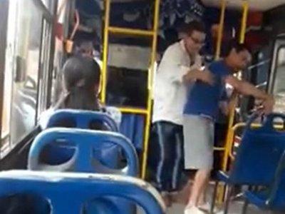 Chofer se bajó para alzar a un pasajero con discapacidad