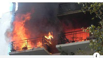 Estaba quemando las cartas de amor de su ex novio pero terminó incendiando el departamento entero