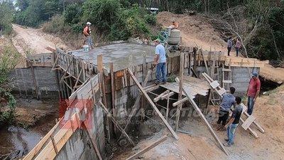 ALTO VERÁ: CONSTRUYEN NUEVO PUENTE EN LA COMUNIDAD CERRO CORÁ