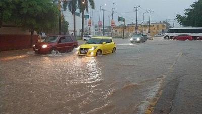 Huracán Lorena desafía pronóstico y se aleja de Península de Baja California