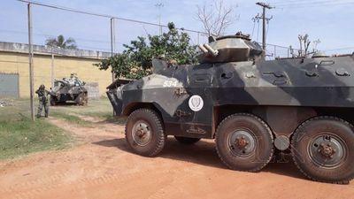 Tanquetas militares refuerzan seguridad en cárcel de San Pedro