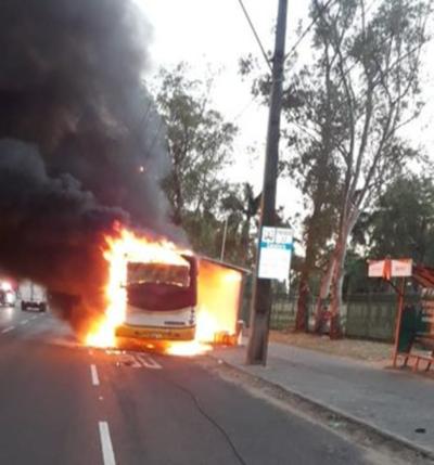 Tráfico bloqueado por incendio de colectivo