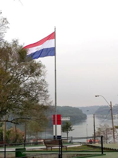 Bandera gigante ya flamea en el Hito Tres Fronteras