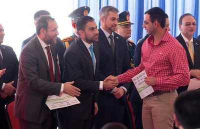 Gobierno reafirma compromiso con los jóvenes y la educación mediante entrega de becas y premios