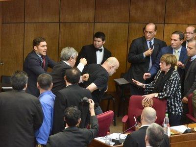 Senadores suspendidos por pelea retornan al Congreso