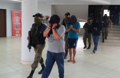 Policías detenidos por complicidad con narcotraficantes fueron trasladados a Asunción