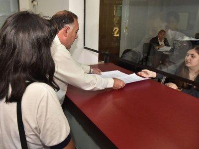 Por mala gestión, padres denuncian a Petta en Fiscalía y exigen castigo