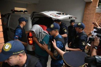 OPERACIÓN DIGNIDAD: TRASLADAN A POLICÍAS DETENIDOS HASTA LA FISCALÍA