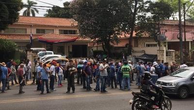 HOY / Empleados de Acepar llegaron hasta Asunción para exigir al Gobierno reactivar la fábrica