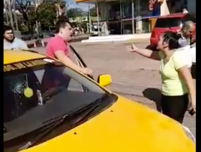 HOY / Taxistas rodean a conductora  de Uber e impiden que lleve  a pasajera que pidió servicio