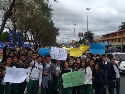 Estudiantes secundarios retomarán paro y cerrarán rutas, por desinterés del MEC