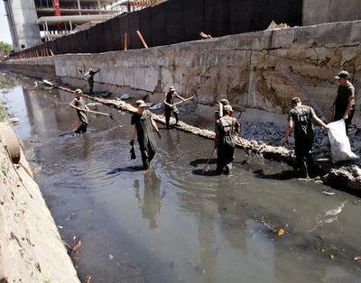 Reservistas limpian cauce y arreglan una escuela
