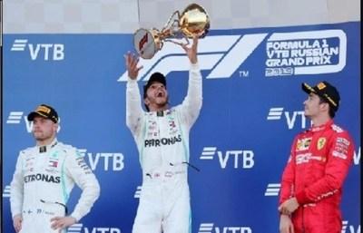 Hamilton se aprovecha de los líos de Ferrari