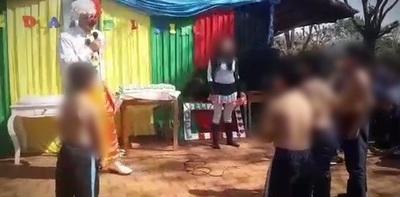Identifican a payaso que desnudó a niños en un juego