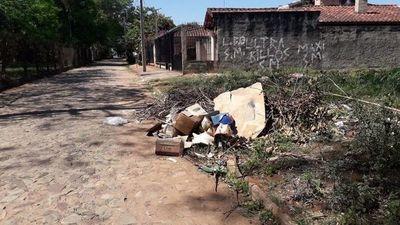 Arrojan basura en la vía pública