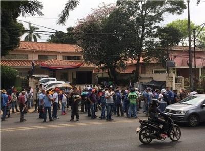 Funcionarios de ACEPAR continúan protesta frente a Procuraduría