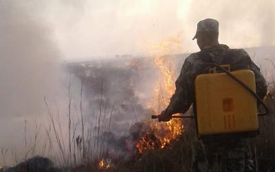 Combaten focos de incendio en Paraguarí