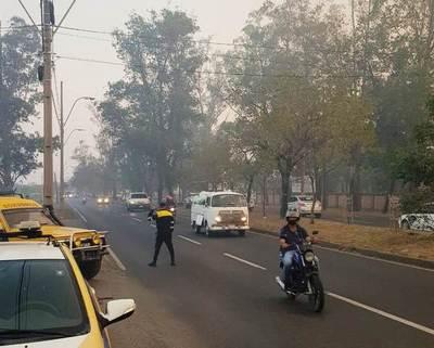 "Incendio avanza y humo ""se adueña"" peligrosamente de la Autopista Silvio Pettirossi •"