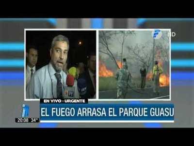 Mario Abdo apoya a bomberos durante el incendio en el Parque Guasú