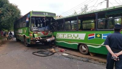 HOY / Buses de misma empresa chocan en Capiatá y muere una pasajera