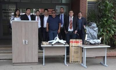 """HOY / Mismos muebles, diez veces  más baratos que los de """"oro"""",   jóvenes donan a 2 comisarías"""