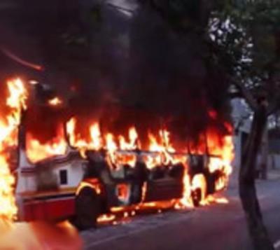 Bus del transporte público arde en llamas sobre plena avenida