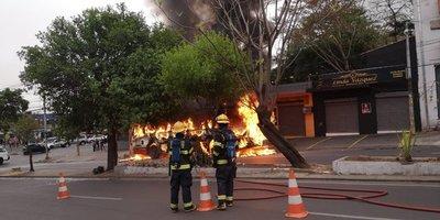 Bus se incendia en plena marcha