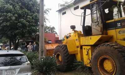 Derrumban caseta irregular frente a casa de Zacarías