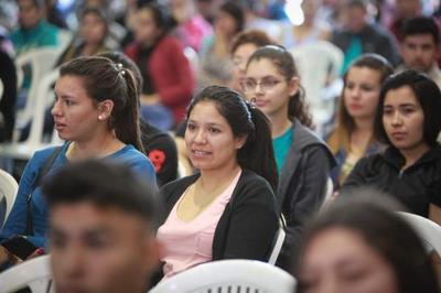 Ejecutivo entrega recursos para fortalecer redes de salud y apoyar educación de jóvenes de Caazapá