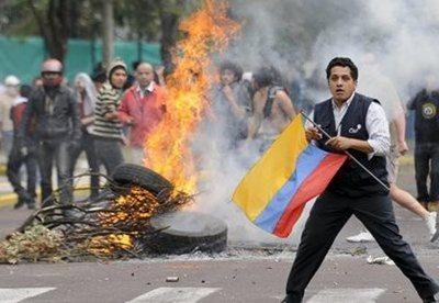 Fuertes choques entre policías y manifestantes en Quito por el aumento del precio de los combustibles
