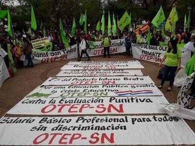 Exigen que el presidente cumpla sus promesas. Docentes marcharon por el microcentro de Asunción
