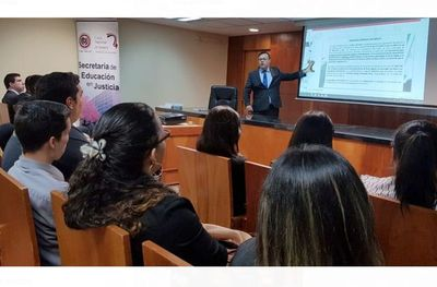 Estudiantes de CDE y Encarnación en Palacio de Justicia