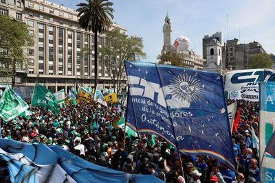 Las dos mayores centrales obreras argentinas se unen amparadas por Fernández