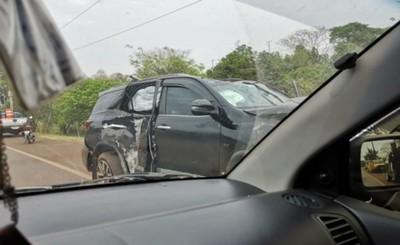 Mujer echa columna luego de esquivar a una motocicleta