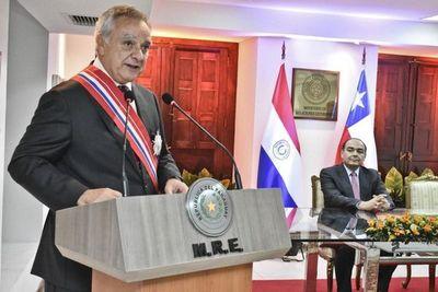 Gobierno condecora a embajador de Chile y reconoce cooperación