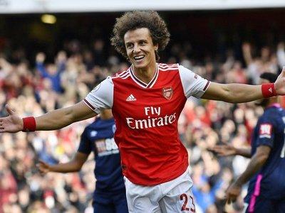 Un cabezazo de David Luiz sostiene al Arsenal