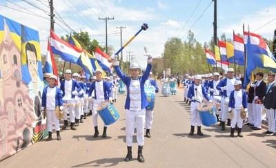 Colorido desfile estudiantil: Luqueños honran a la Virgen •