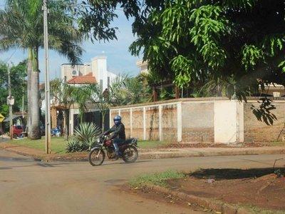 Tras notificación, concejala destruye caseta ubicada frente a su domicilio
