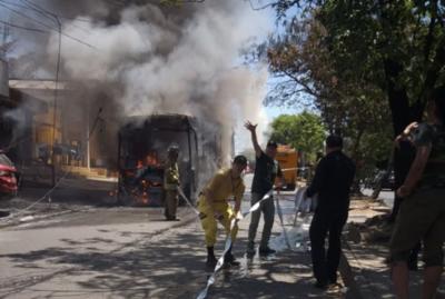 HOY / Otro bus chatarra se incendia en pleno trayecto