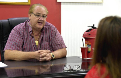 González Vaesken se desentiende de pago por becas a estudiantes