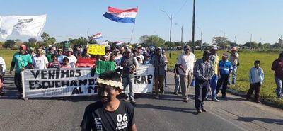 Indígenas cierran el Puente Remanso y generan caos
