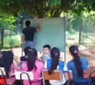 Escuelita mango guy: Nueve años dando clases bajo árboles