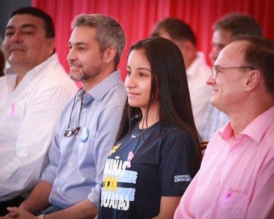 Lucía asume simbólicamente como Presidente de la República