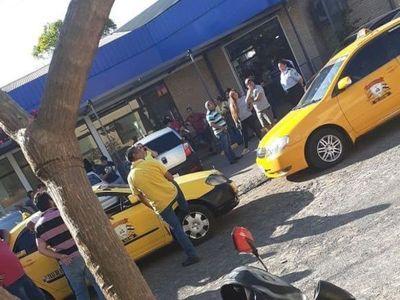 Taxistas acorralan a una conductora de MUV y Uber