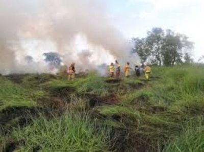 Siguen los trabajos de los bomberos en las 400 héctareas de incendio en Ypacaray