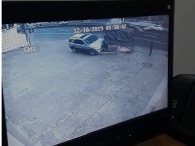 Así se llevó por delante la parada el conductor ebrio