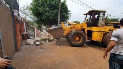 Tractor destruye caseta de seguridad de los Irún