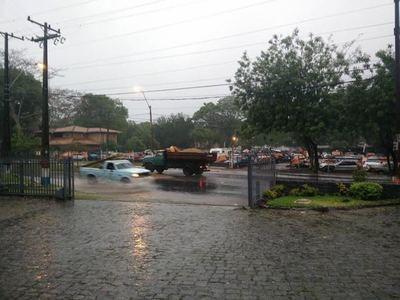 Inicio de semana laboral cálido con lluvias